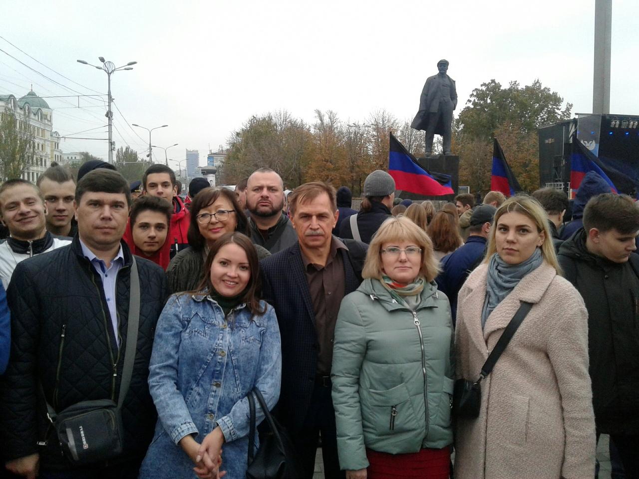 Сегодня, 25 октября 2019 года, студенты и преподаватели Донецкой академии транспорта приняли участие в митинге по случаю Дня государственного флага ДНР