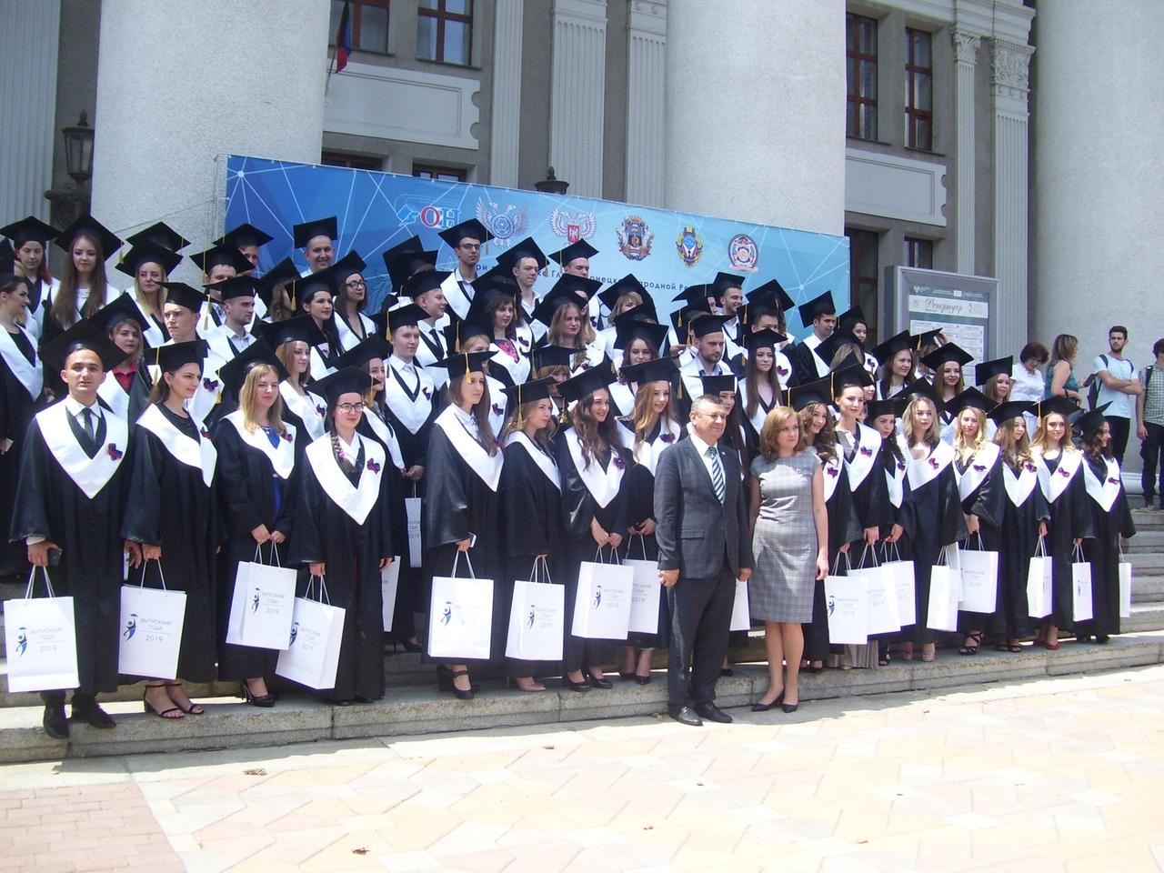Сегодня, 2 июля 2019 года, делегация Донецкой академии транспорта присутствовала на Церемонии торжественного вручения дипломов и награждения лучших выпускников Республики 2019 года.