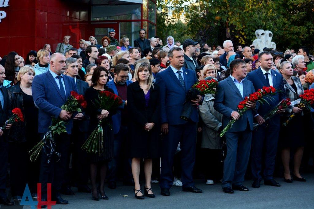 Преподаватели Донецкой академии транспорта вместе с ректором И.П. Энглези почтили память руководителя государства и возложили цветы к посвященному ему мемориалу