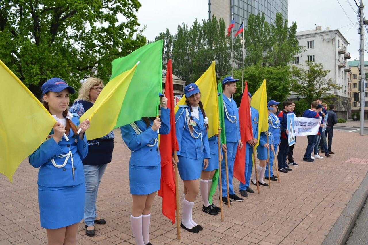 Школьники и студенты-волонтеры провели в Донецке акцию «Мы – за безопасность дорожного движения»